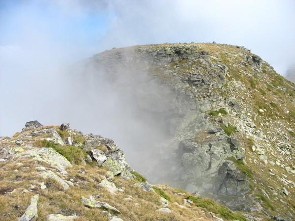 Връх Попова капа (2704 м.) се подава от облаците